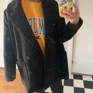 Snygg kappa från monki, tycker den är perfekt då den inte är för lång, säljer pga att jag aldrig får användning av den, knappt använd av mig, frakt tillkommer:)