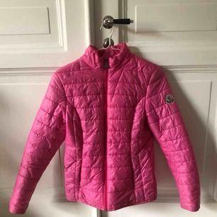 Jättefin rosa dunjacka!💕Passar perfekt nu till vintern och hösten när det börjar bli kallare. Inte äkta, men A kopia. Möts upp i Göteborg, eller så står köparen för frakt.