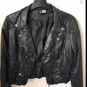 As snygg skinnjacka från H&M i storlek 38. Säljer för att det inte är min stil längre men dock väldigt fin!  FRAKTAR ENDAST❤️