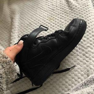 Helt nya svarta höga Nike Air Force!✨Använda 1 gång vilket absolut inte syns på dem. Köpte för 1245kr på Zalando och mitt pris är 500kr. Möter upp i Göteborg annars står köparen för frakt💖