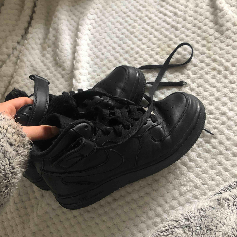 Helt nya svarta höga Nike Air Force!✨Använda 1 gång vilket absolut inte syns på dem. Köpte för 1245kr på Zalando och mitt pris är 400kr. Möter upp i Göteborg annars står köparen för frakt💖. Skor.