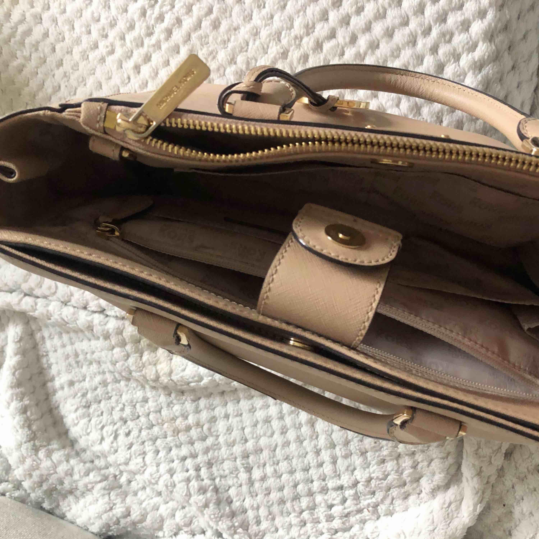 Äkta Michael Kors väska!✨💕Köpt i USA för ungefär 2000kr. Väldigt fint skick! Kan mötas upp i Göteborg eller så betalar köparen för frakt.  . Väskor.