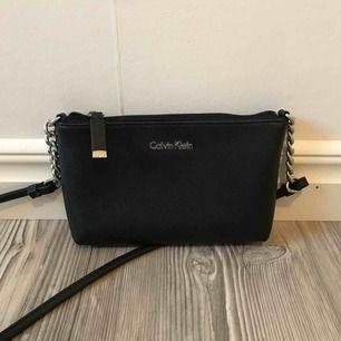 Säljer denna väska från Calvin Klein! Köpt i new york och nypris ca 800kr. Kan mötas upp eller skickas men köparen betalar då frakten