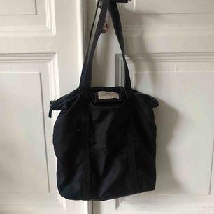 """Säljer den väldigt populära """"Day"""" väskan från Birger Mikkelsen💕Jättefin väska som man får plats med sååå mycket i! Begagnat använt skick som man ser på bilden. Möter upp i Göteborg annars står köparen för frakten."""