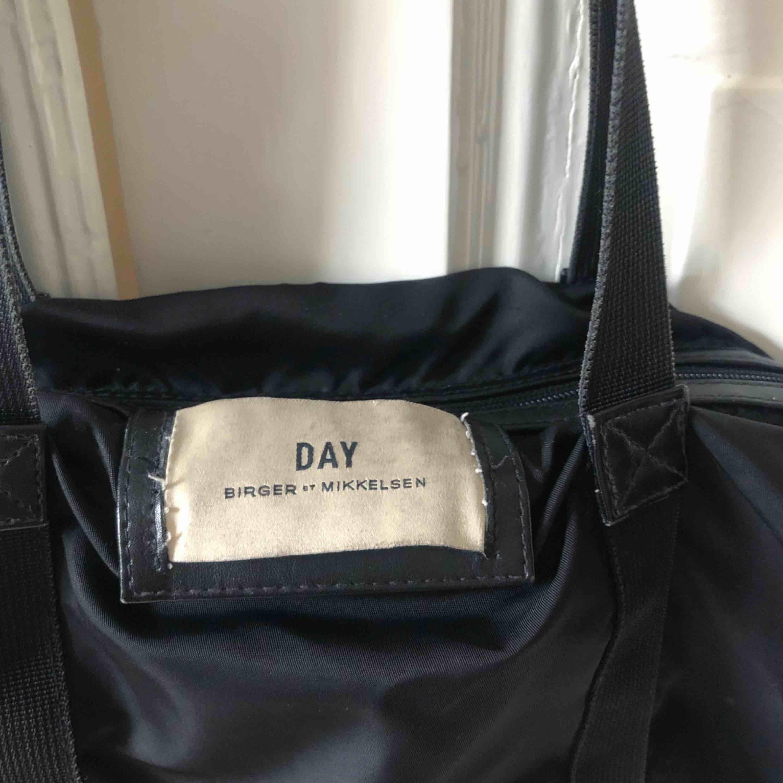 """Säljer den väldigt populära """"Day"""" väskan från Birger Mikkelsen💕Jättefin väska som man får plats med sååå mycket i! Begagnat använt skick som man ser på bilden. Möter upp i Göteborg annars står köparen för frakten.. Väskor."""