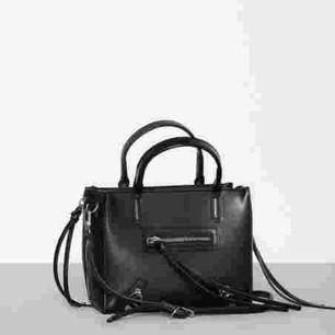 Säljer den svarta zip väskan som fanns på nelly men nu är slutsåld. Hittade inga bättre bilder tyvärr, men min är oanvänd.