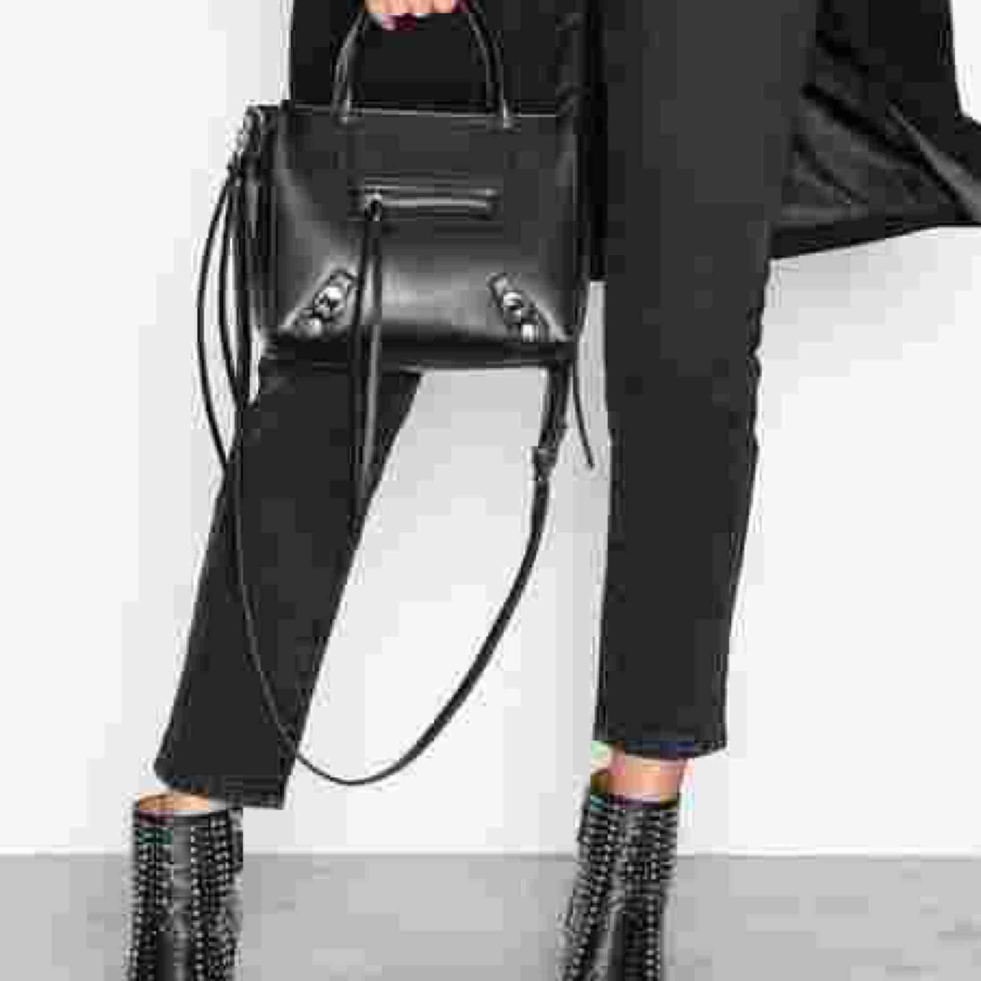 Säljer den svarta zip väskan som fanns på nelly men nu är slutsåld. Hittade inga bättre bilder tyvärr, men min är oanvänd. . Väskor.