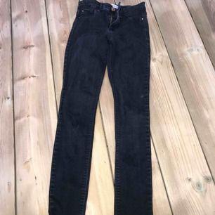 Ett par svarta jeans från river island. har ett litet hål på ena knät som man lätt skulle kunna göra till ett snyggt hål.