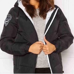 En jacka som använda under en vinter. Super bra skick! Den är storlek M men skulle nog påstå att den passar en S också💖 Bara att skriva för fler frågor eller liknande⚡️⚡️
