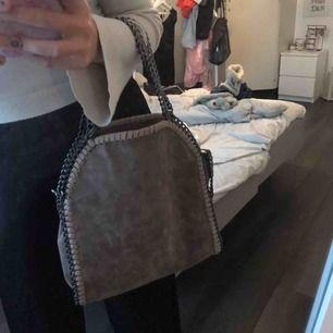 Mycket fin och sparsamt använd väska i brun beige/färg  🌸😊 Ska efterlikna Stella McCartney väskan som ser liknande ut men är ej därifrån!