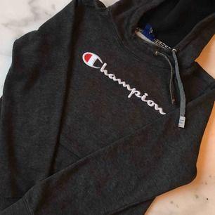 Skön Champion-hoodie, använder aldrig längre. Skick 8/10!Frakt på 63kr tillkommer :)
