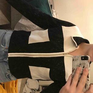 Säljer denna kofta/topp från Zara i storlek M är dock mindre i storleken så skulle nog säga S! Otroligt snygg, säljer pga får ingen användning