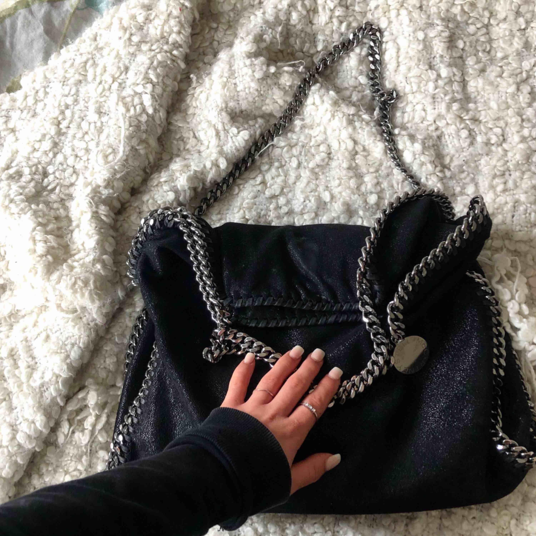 Säljer nu en Stella McCartney Falabella Fold Over Small Tote bag✨Köpt på NK för runt 8000kr. Självklart äkta, har bild på kvitto och dustbag kommer såklart med! Superfint skick och går att bäras på 2 sätt. . Väskor.