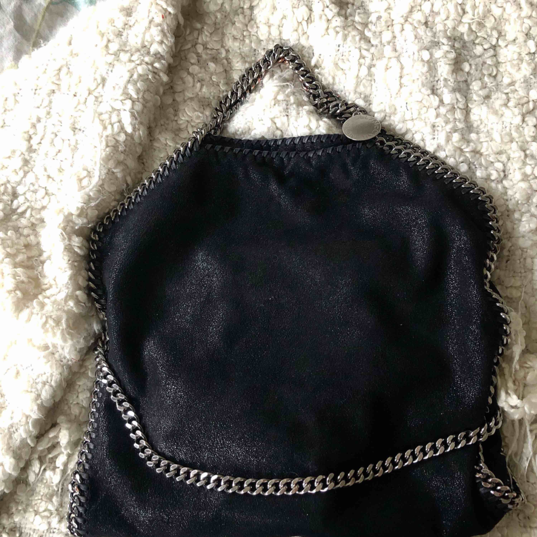 Säljer nu en Stella McCartney Falabella Fold Over Small Tote bag✨Köpt på NK för runt 8000kr. Självklart äkta, har bild på kontoutdrag och dustbag kommer såklart med! Superfint skick och går att bäras på 2 sätt. . Väskor.