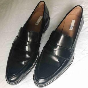 Loafers i skinn från H&M Premium. Storlek 39.