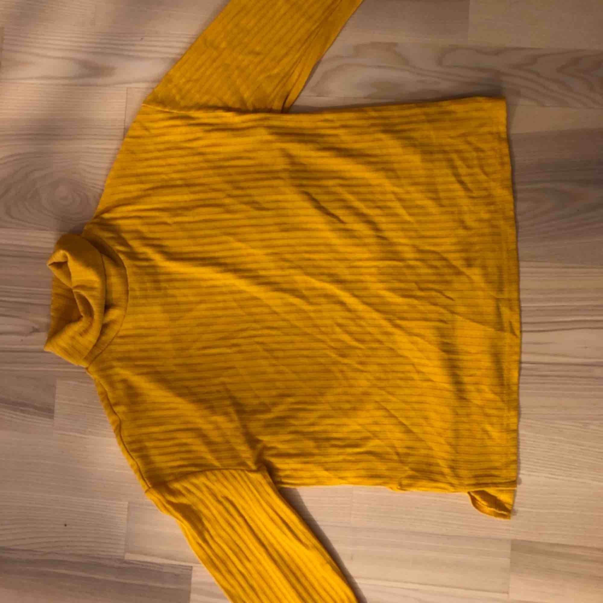 Polotröja gul. Använd en gång . Tröjor & Koftor.