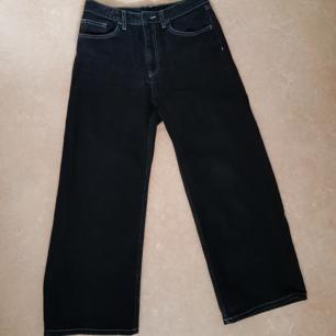 Svarta jeans med vit söm från Monki. Strl 27. Använda ett par gånger men är i gott skick. Säljs på grund av att dom har blivit för korta för mig och inte kommer till användning.