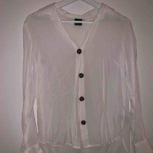 Vit skjorta/blus med knappar