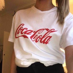 Coca cola t-shirt⚡️⚡️ Strl : S, passar allt upp till M Nypris : 299k Mitt pris - 200kr inkl ⚡️⚡️⚡️⚡️⚡️⚡️