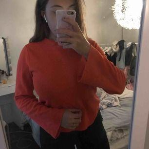 Tröja från Ginatricot  Orange i färg som är så fint till hösten å vintern 🌸 Lite vida i ärmarna och säljs billigt då jag gör en garderobsutrensning!  Fler å bättre bilder går självklart alltid att skickas vid intresse