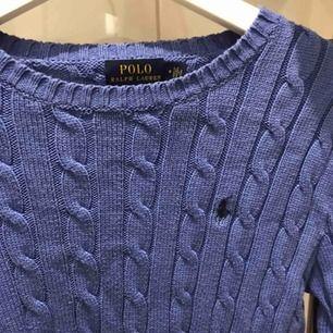 Fin aldrig använd, kabelstickad i blå färg från Ralph Lauren.  Storlek M men passar även S!  Fler bilder går självklart att skickas vid intresse!🌸