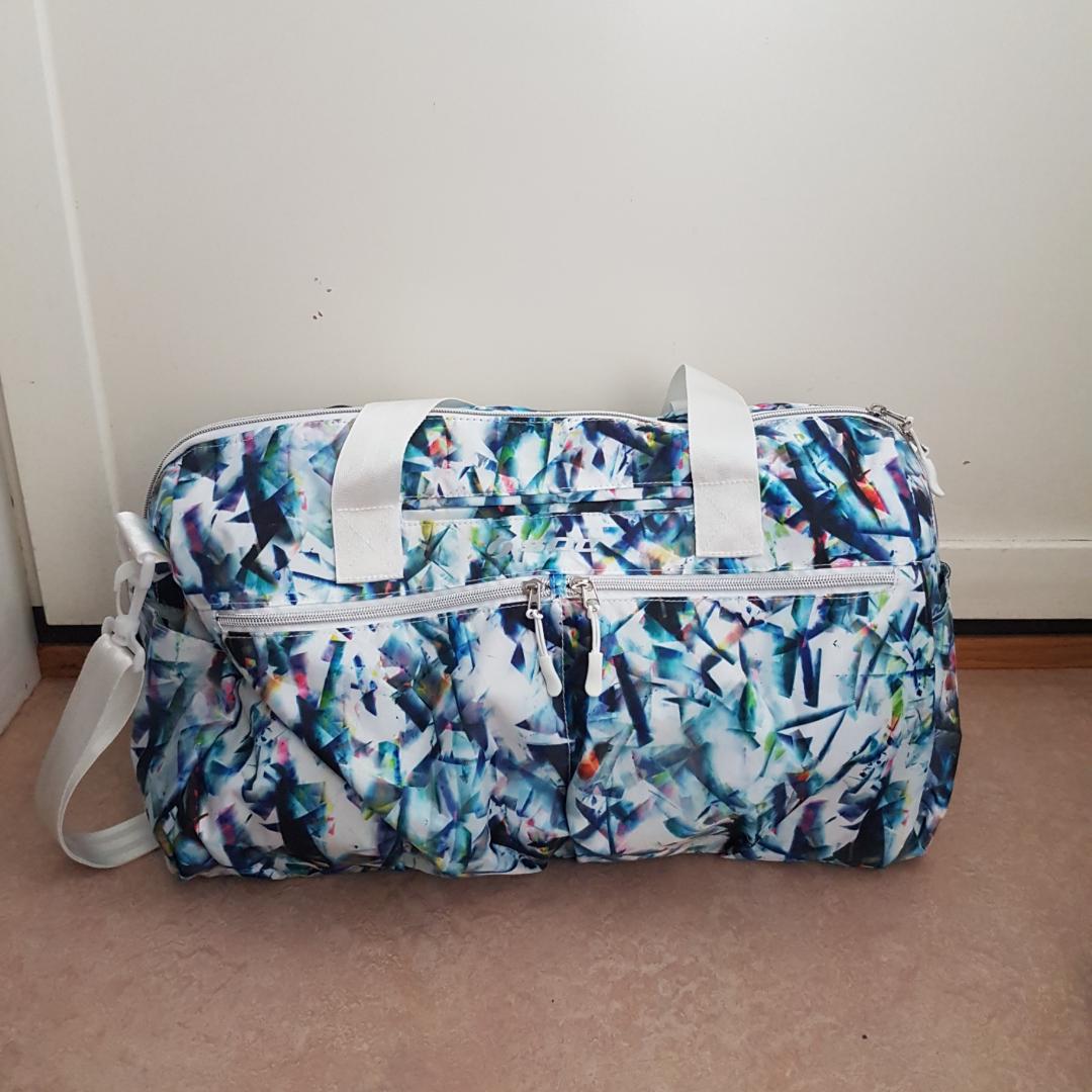 Väska med coolt mönster från Stadium. Man får plats med ganska mycket saker! 2 fack på utsidan och 1 fack på insidan. Aldrig använd! Säljs på grund av att den aldrig kommer till användning.. Väskor.