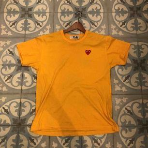 Supersnygg CDG tröja köpt på Paul&friends på NK i Stockholm för ca 1000 kronor men får aldrig användning och därför knappt använd  Storleken är XL men passar som L/M  Ses i Stockholm på en snabb affär. Köparen står annars för frakt.
