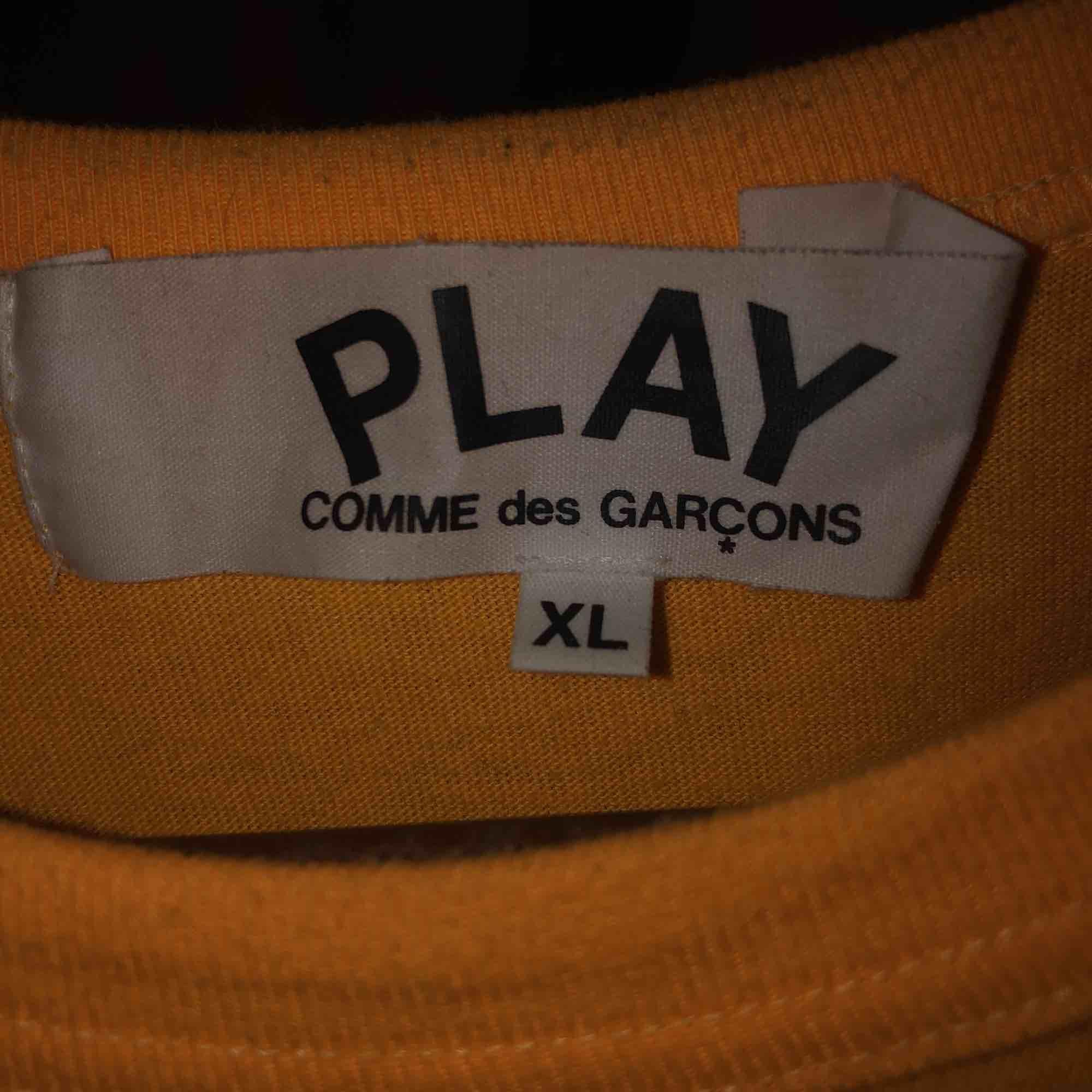 Supersnygg CDG tröja köpt på Paul&friends på NK i Stockholm för ca 1000 kronor men får aldrig användning och därför knappt använd  Storleken är XL men passar som L/M  Ses i Stockholm på en snabb affär. Köparen står annars för frakt. . T-shirts.