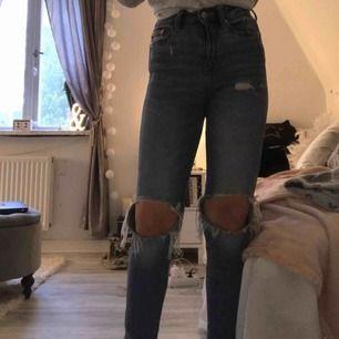 Högmidjade tighta jeans. Fr lager 157. Nypris 300kr, mitt pris 150kr + 54kr frakt. Lite lång för mig som är 158cm, går bara att vika upp, skulle säga att dem passar 150-165lång beroende kroppstyp