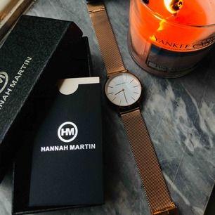 Helt ny klocka från Hannah Martin. Köpt för cirka 900kr men säljer nu för 200kr + frakt. Aldrig använd!
