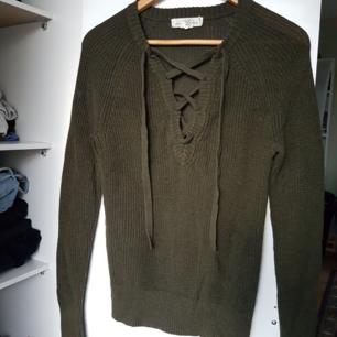 Stickad tröja med knytning från H&M.  Strl xs. Använda ett par gånger men är i gott skick. Säljs pågrund av att den inte kommer till användning.