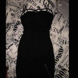 Säljer denna klänningen. Superfin och är gjord för att forma kroppen bra, finns även pads i bh delen ifall man inte vill ha bh under. Säljer pga har två stycken och denna kommer inte till användning.🥰