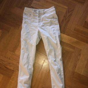 Ett par beigea jeans från bikbok i storlek S!