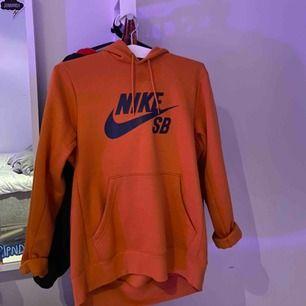 Supersnygg orange Nike SB Hoodie från Hollywood!😍jätteskönt material och säljer pga att jag aldrig använder den!