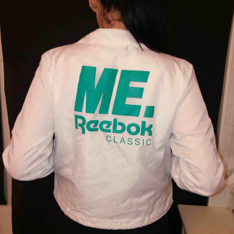 supersnygg vindjacka ifrån Reebok! använd 1 gång, nypris 900kr köpt ifrån caliroots. frakt tillkommer 🌸. Jackor.