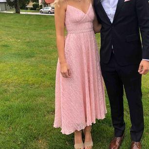 Supervacker klänning som är perfekt för bröllop mm. Använd en gång! Inköpspris 1000kr 🌸