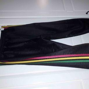 Adidas byxor i ränderna grön,gul och röd. Använda några få gånger. 150kr + frakt