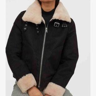 Säljer min hel svarta mockaimitation jacka från H&M då den inte används