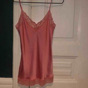 Varmrosa silkes linne med spets detaljer
