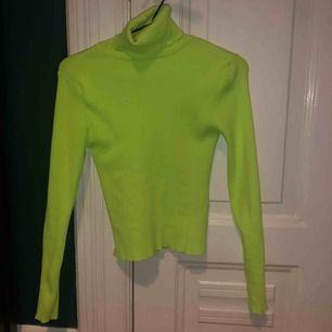 Slutsåld neongrön polotröja från Zara! Sitter tight o snyggt!