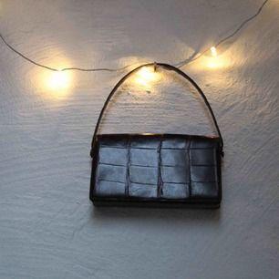 Snygg vintageväska i skinn! Definitivt använd väl och har en mindre reva på framsidan men inget som syns mycket! Meddela för frågor och mer bilder 🍸 Frakt tillkommer <3