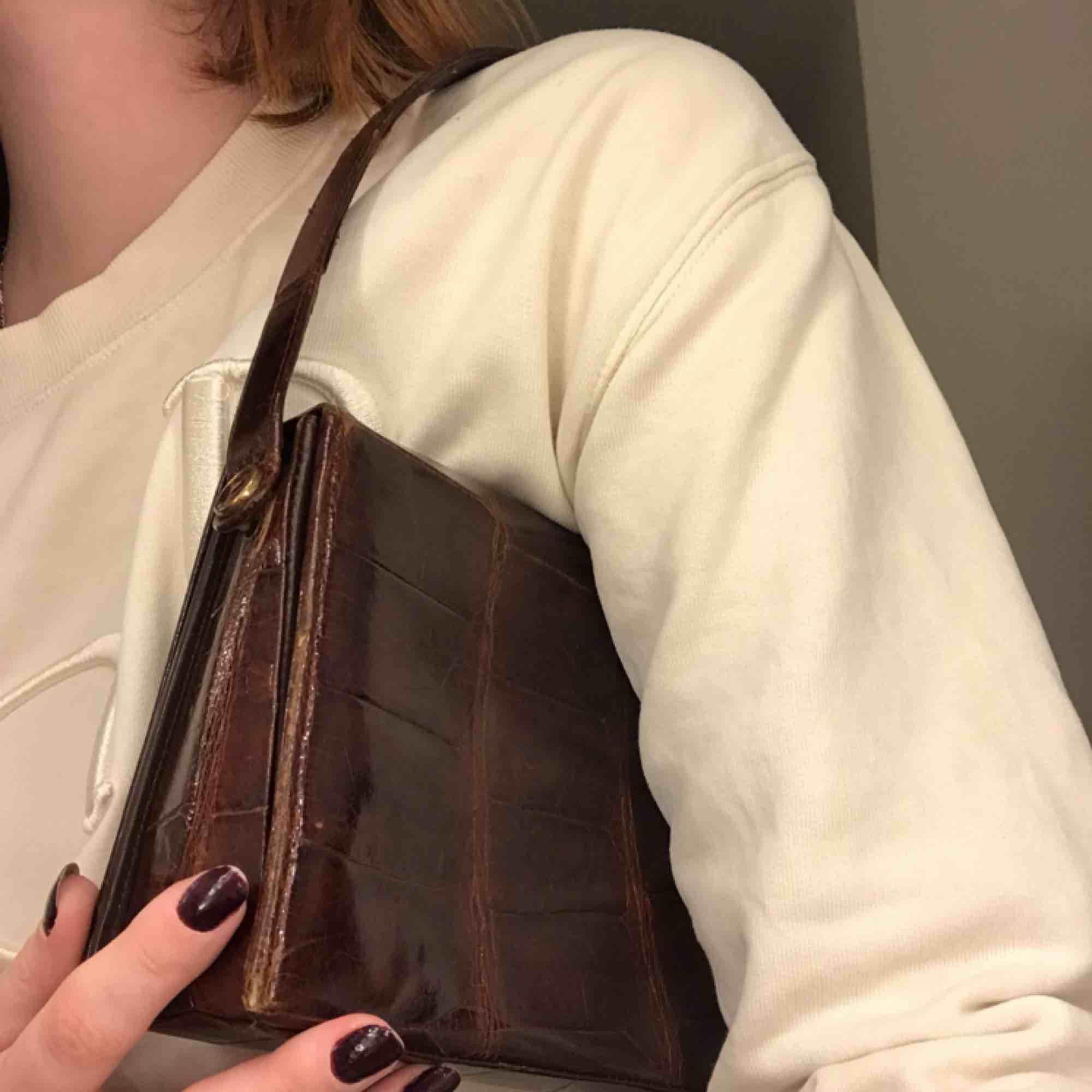 Snygg vintageväska i skinn! Definitivt använd väl och har en mindre reva på framsidan men inget som syns mycket! Meddela för frågor och mer bilder 🍸 Frakt tillkommer <3. Väskor.