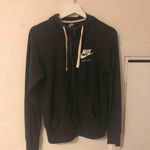 Nike hoodie. Nypris ca 500/600kr, väldigt fint skick!! Nästan aldrig använd. Jag står inte för frakt priset☺️