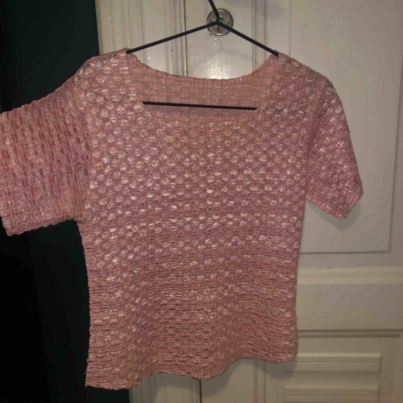 Ljus rosa T-shirt i coolt material . T-shirts.