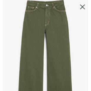 Väldigt fina Militärgröna Yoko jeans från monki. Dom har krympt en aning i tvätten och dom är använda några gånger, men dom är i väldigt bra skick ändå. Köpta för 400kr på monki.