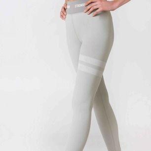 Ett par jätte fina stronger tights i färgen Tahoe, använda Max 5 gånger, dem är som nya. Säljer dem då jag har flera andra. Dem är super sköna, fraktar! Tvättas såklart innan