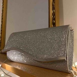 Säljer denna fina bal väskan. Fortfarande ny och fräsch. Frakt tillkommer.