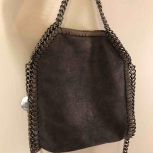 Jättefin Stella McCartney liknade väska i mellanstor/liten storlek🎀💜💕⭐️ Så bra skick, frakt tillkommer!