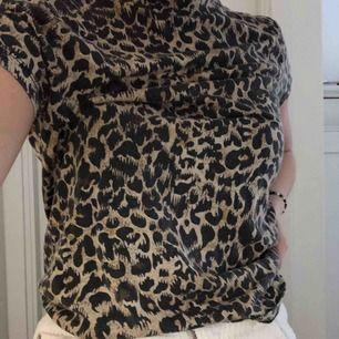 T-shirt med leopardtryck från Stay
