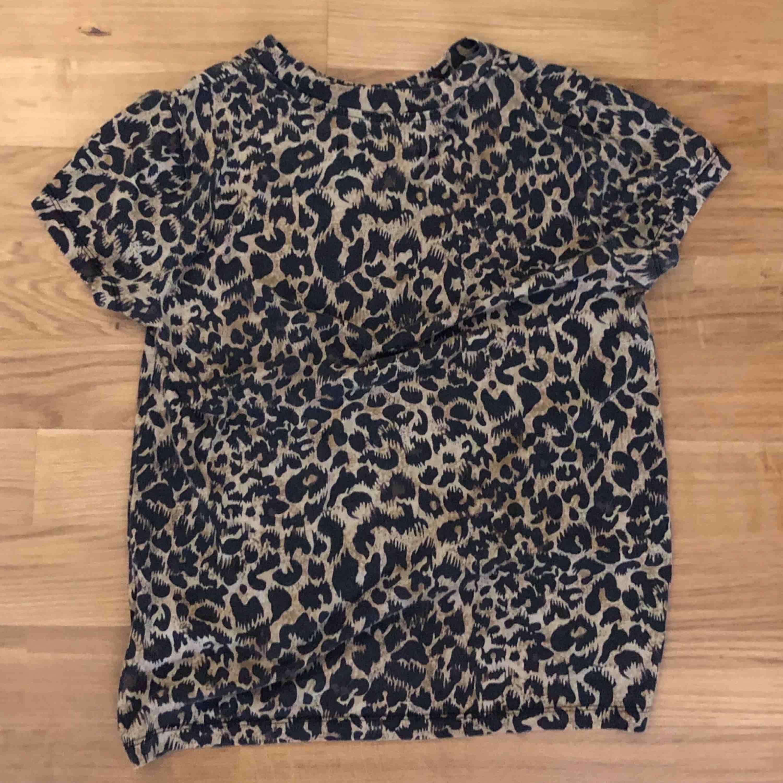 T-shirt med leopardtryck från Stay. T-shirts.